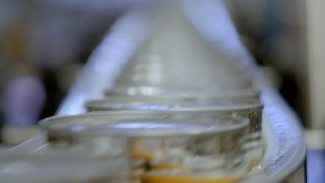 cus unbranded soup tins on factory production line - インスタント食品点の映像素材/bロール