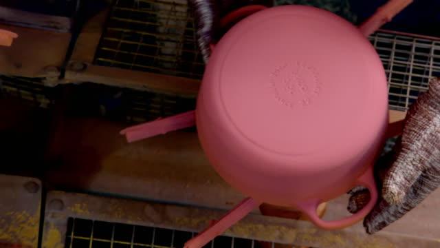 vídeos de stock e filmes b-roll de cus workers handle pots during enamelling process - acabamento mate