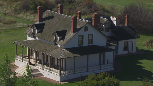 ws aerial pov custer home at fort abraham lincoln state park / mandan, north dakota, united states - custer staatspark stock-videos und b-roll-filmmaterial