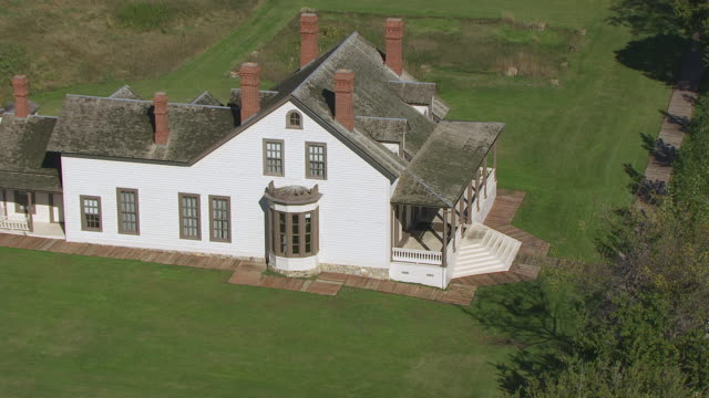 ws zo aerial pov custer home at fort abraham lincoln state park / mandan, north dakota, united states - custer staatspark stock-videos und b-roll-filmmaterial