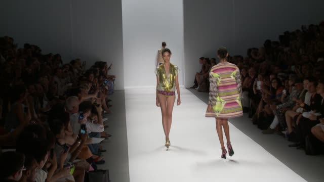 custo barcelona - runway - spring 2014 mercedes-benz fashion week event capsule clean - custo barcelona - runway at the stage at lincoln center on... - イベントまとめ動画点の映像素材/bロール