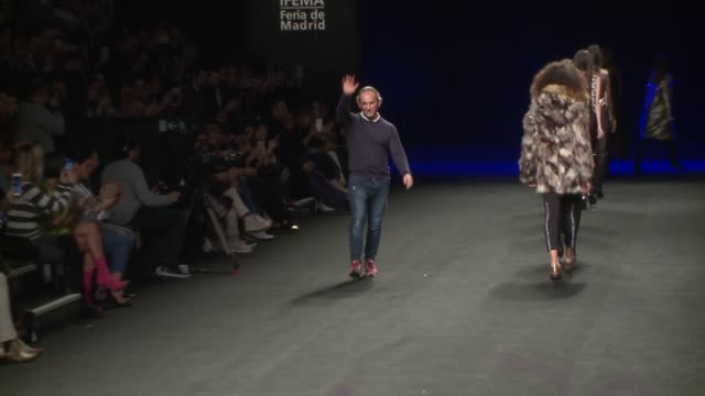vídeos de stock e filmes b-roll de custo catwalk mercedes benz fashion week madrid autumn/winter 20192020 - desfile de moda