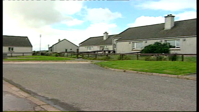 vídeos de stock, filmes e b-roll de court orders molly campbell to return to mother in uk lib isle of lewis stornoway ext general view of houses in the street where campbell family live - hébridas