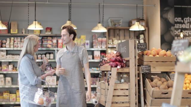 vídeos de stock e filmes b-roll de customer asking for help in a grocery store - empregado