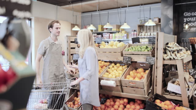 vídeos y material grabado en eventos de stock de customer asking for help in a grocery store - tendero