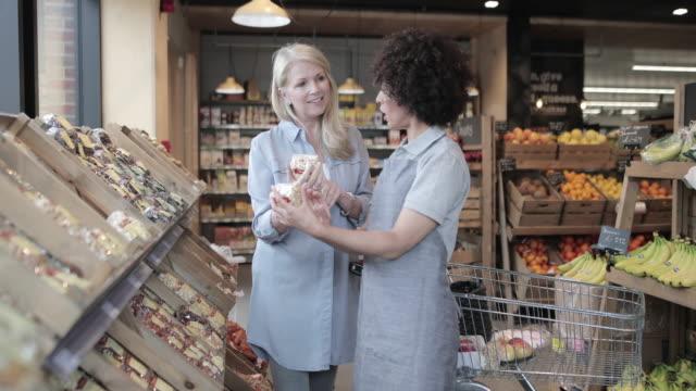 stockvideo's en b-roll-footage met customer asking for help in a grocery store - klanten georiënteerd