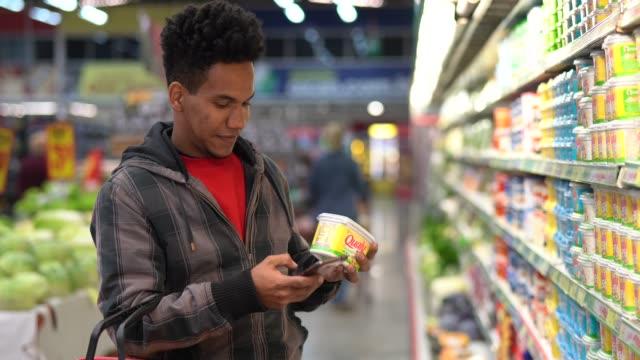 vídeos de stock, filmes e b-roll de cliente compra com app móvel no supermercado - carrinho meio de transporte