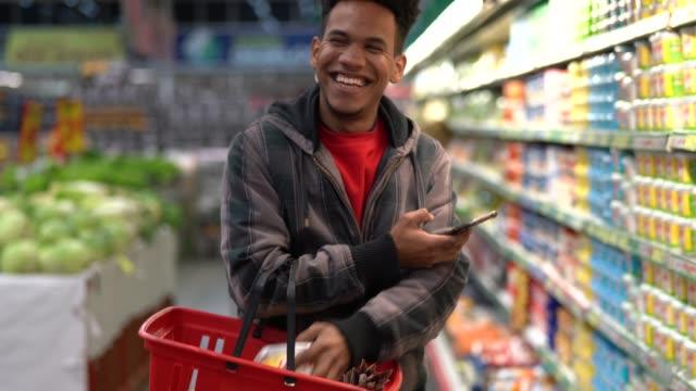 Achats du client avec une application mobile sur supermarché
