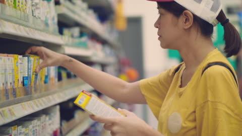 kunden köpa med mobilapp på stormarknad - etikett bildbanksvideor och videomaterial från bakom kulisserna