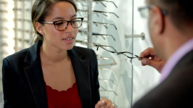 kundenservice von einen optiker - anpassen stock-videos und b-roll-filmmaterial