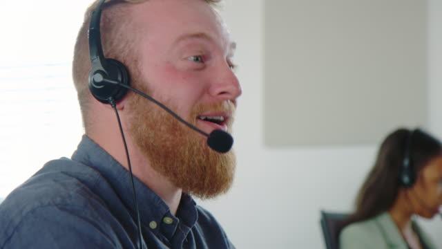 kundendienst-betreiber, der den kunden über einen telefonanruf unterstützt - headset stock-videos und b-roll-filmmaterial