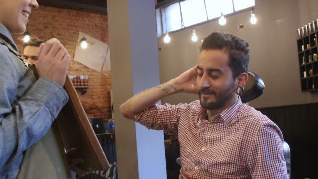 Kunden, die Überprüfung von Frisur und Bart im salon