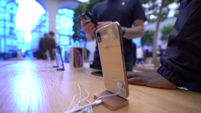 customer experience the new iphones at launch at apple store regent street on september 21 2018 in london england - gafam点の映像素材/bロール