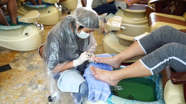 stockvideo's en b-roll-footage met a customer gets a pedicure in atlanta georgia usa on friday april 24 2020 georgia governor brian kemp allowed some nonessential businesses such as... - heropening