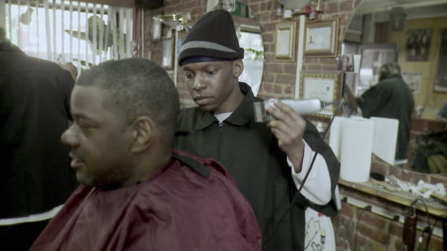 r/f ms customer having haircut done in barbershop, brooklyn, new york city, new york state, usa - 30 34 ��r bildbanksvideor och videomaterial från bakom kulisserna