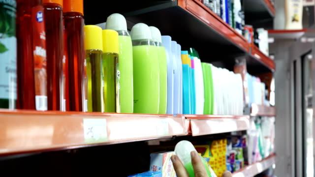 vidéos et rushes de client dans le supermarché acheter des articles de toilette - marchandise