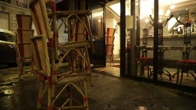 vidéos et rushes de customer leaves a bar, chairs are stacked before closing on october 5, 2020 in paris, france. to fight against the covid19, the paris police... - demi finale