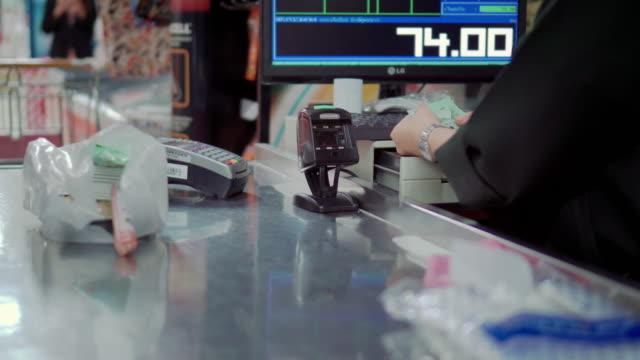 vídeos de stock, filmes e b-roll de cliente pagar compras no supermercado - gastando dinheiro