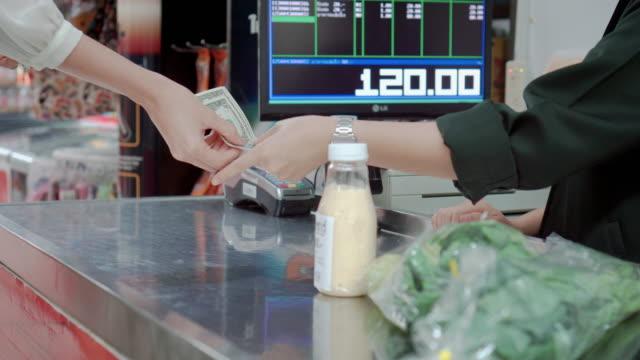 vídeos de stock, filmes e b-roll de cliente pagar compras no supermercado, steadicam tiro - gastando dinheiro