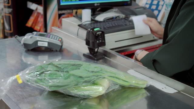 Client de payer pour faire des achats à la caisse du supermarché, Steadicam tourné
