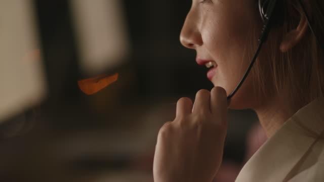 vídeos y material grabado en eventos de stock de agente de servicio al cliente - técnico telefónico