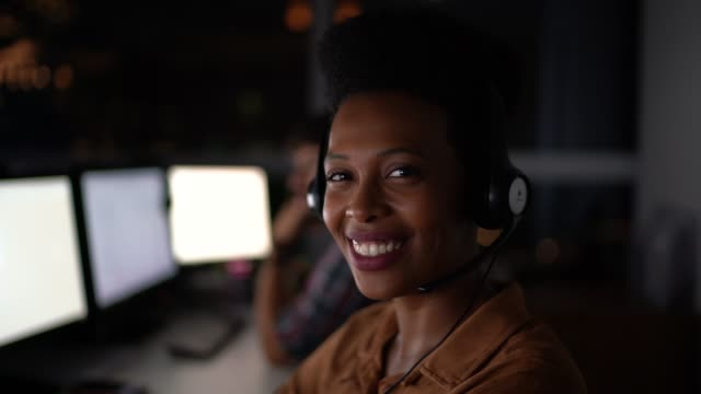 stockvideo's en b-roll-footage met customer service agent werken laat-portret - headset