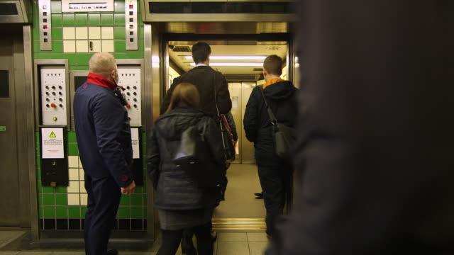 vídeos de stock e filmes b-roll de ws customer service assistant operating elevator / london, england, united kingdom - elevador