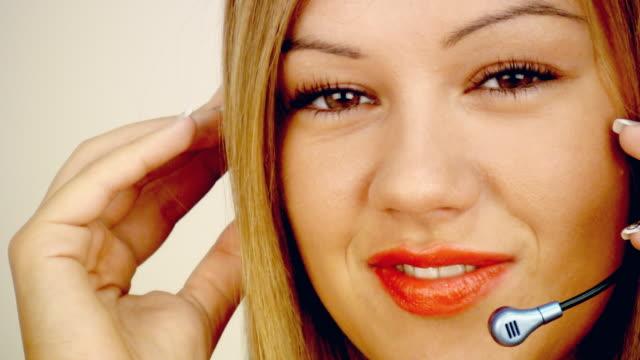 vidéos et rushes de gros plan du service à la clientèle - rouge à lèvres rouge