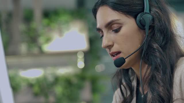 vídeos y material grabado en eventos de stock de oficial de servicio al cliente - técnico telefónico