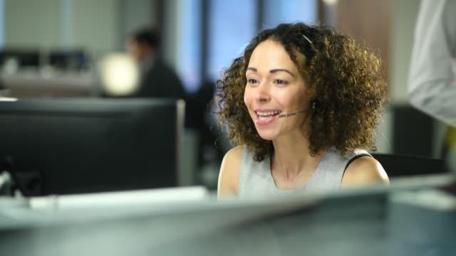 vídeos y material grabado en eventos de stock de representante de servicio al cliente - técnico telefónico