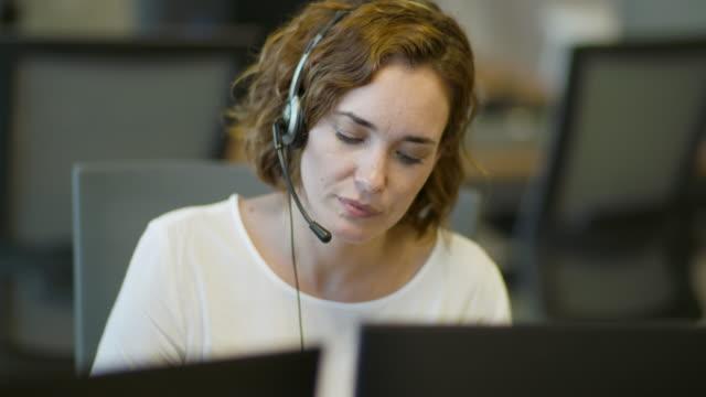 kundendienstmitarbeiter im büro - telefonist stock-videos und b-roll-filmmaterial
