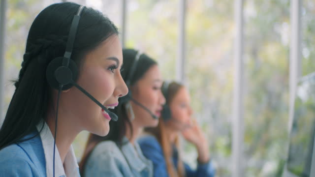 vídeos de stock e filmes b-roll de customer service representative working with colleagues,slow motion 4k dci - employee engagement