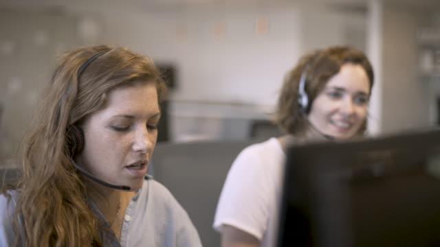 kundendienstmitarbeiter, die im büro am computer arbeiten - telefonist stock-videos und b-roll-filmmaterial