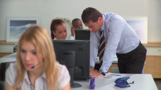 stockvideo's en b-roll-footage met hd: customer service - overhemd en stropdas