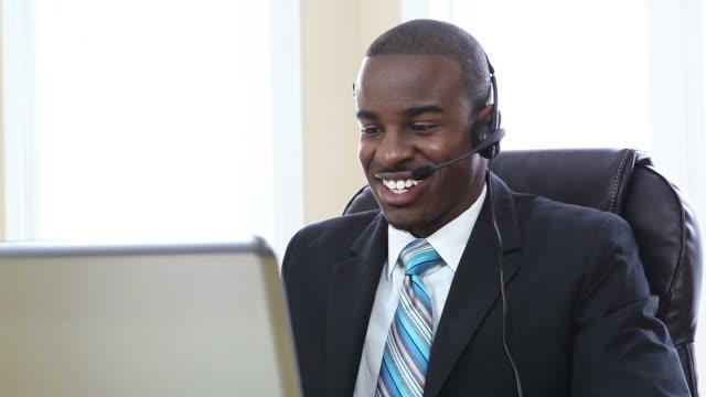 Kunden-support-Betreiber lächelnd und reden in Büro