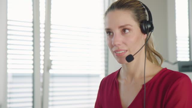vídeos y material grabado en eventos de stock de representante de atención al cliente en una llamada telefónica en la oficina - técnico telefónico