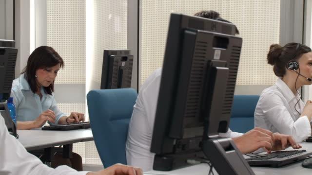 vídeos y material grabado en eventos de stock de dolly hd: servicio de atención al cliente - centro de llamadas