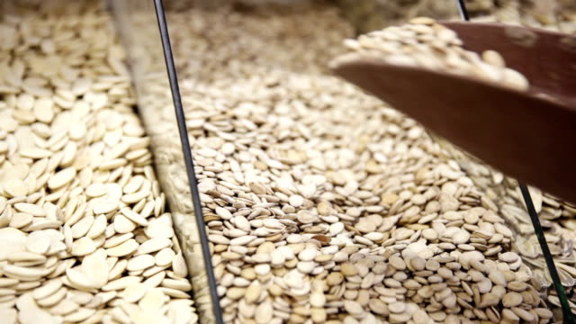 vídeos de stock e filmes b-roll de o cliente recebe as sementes da caixa na loja - concha utensílio de servir