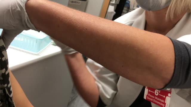 stockvideo's en b-roll-footage met customer taking flu shot at costco wholesale pharmacy in the suburb of atlanta amid the 2020 global covid19 pandemic - griepvaccin