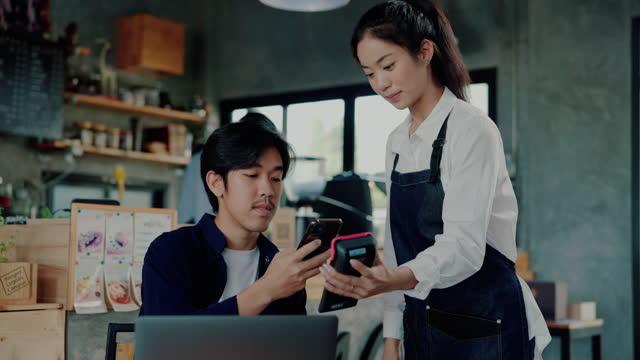 vidéos et rushes de les clients utilisent le téléphone mobile sans contact. - codage et codification