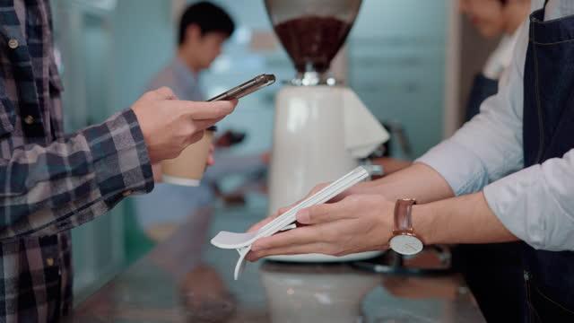 vidéos et rushes de les clients utilisent le téléphone intelligent sans contact. - codage et codification