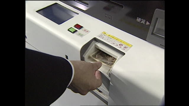 A customer uses a machine to exchange Japanese yen for American dollars.