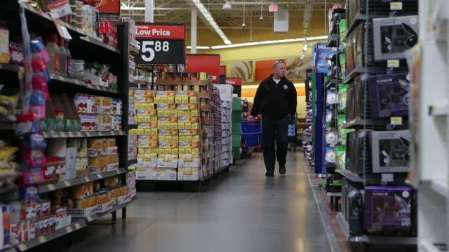 vidéos et rushes de customer walking with basket down grocery aisle walmart grocery aisle on november 14 2012 in alexandria virginia - alexandria virginie