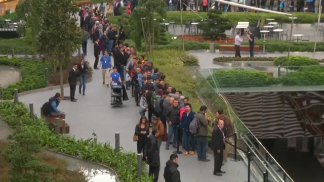 customers ahead of the line buy iphone 6 and iphone 6 plus as soon as retail sales begin amid celebrations while apple store serves bagel to... - apple computer stock-videos und b-roll-filmmaterial