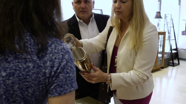 vídeos de stock, filmes e b-roll de customers and salesperson talking about a teapot - antiquário loja