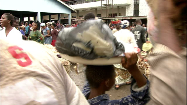 vidéos et rushes de customers and traders at fruit and vegetable market, nigeria. - billet de banque