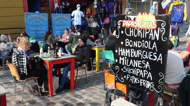 vidéos et rushes de customers are sitting on the streets of the la boca neighborhood on august 01 in buenos aires, argentina. gastronomic shops have chosen to move... - la boca