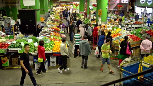 stockvideo's en b-roll-footage met customers are walking around at paddy's market in sydney downtown. - hoofddeksel