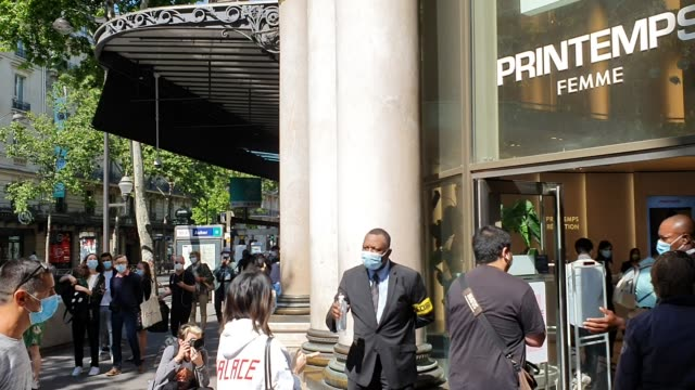 stockvideo's en b-roll-footage met customers are welcomed by a security agent giving some hydroalcoholic gel at the main entrance of the 'printemps' haussmann department store as it... - 40 seconds or greater