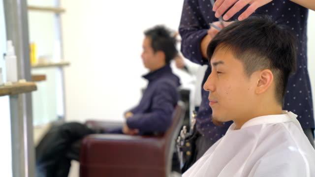 kunden in einem belebten friseursalon - nur japaner stock-videos und b-roll-filmmaterial